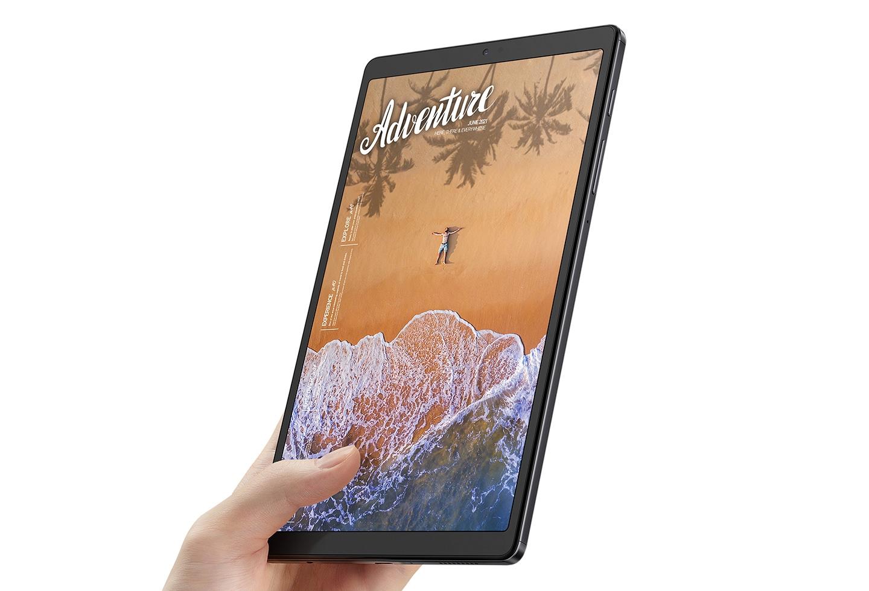 Una mano que sostiene el Galaxy Tab A7 Lite con una escena de playa con la palabra Aventura en la pantalla.