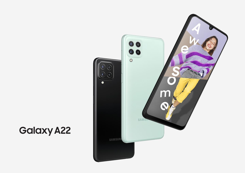 Tres teléfonos Galaxy A22 seguidos. Dos vistos desde la parte trasera para mostrar la cámara trasera y los colores negro y menta. Uno visto desde el frente, y en pantalla es un collage de la cabeza de una mujer, un suéter a rayas púrpuras y pantalones amarillos con la palabra Impresionante.