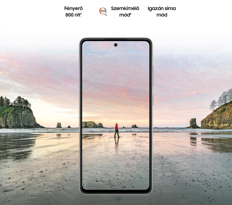 Galaxy A72 elölről nézve. A képernyőn egy kép egy férfiról, aki napnyugtakor a tengerparton áll. A következő szövegek láthatók kiírva: 800 nit fényerő, Szemkímélő mód az SGS logóval és Igazán sima funkció.