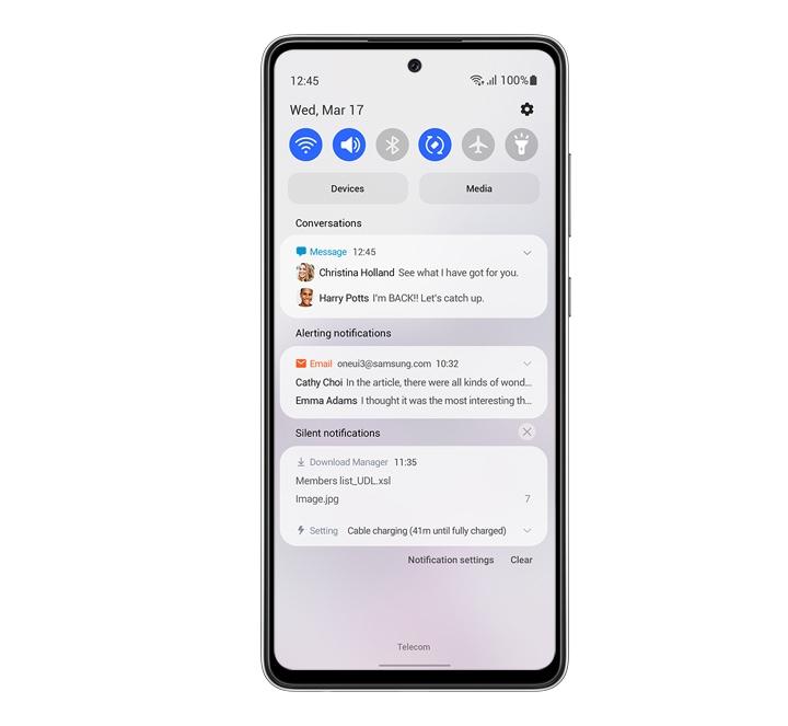نمای جلویی دستگاه، در حال نمایش اعلان و پانل فوری در پسزمینه سفید است، بهطوری که One UI کمکتان میکند تا تمرکز کنید.