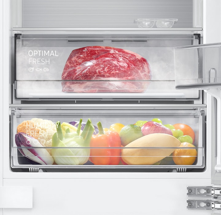 There is a fresh-looking chunk of red meat in the Optimal Fresh Zone and cold and moist air is flowing out. The black seal seals the compartment tightly.