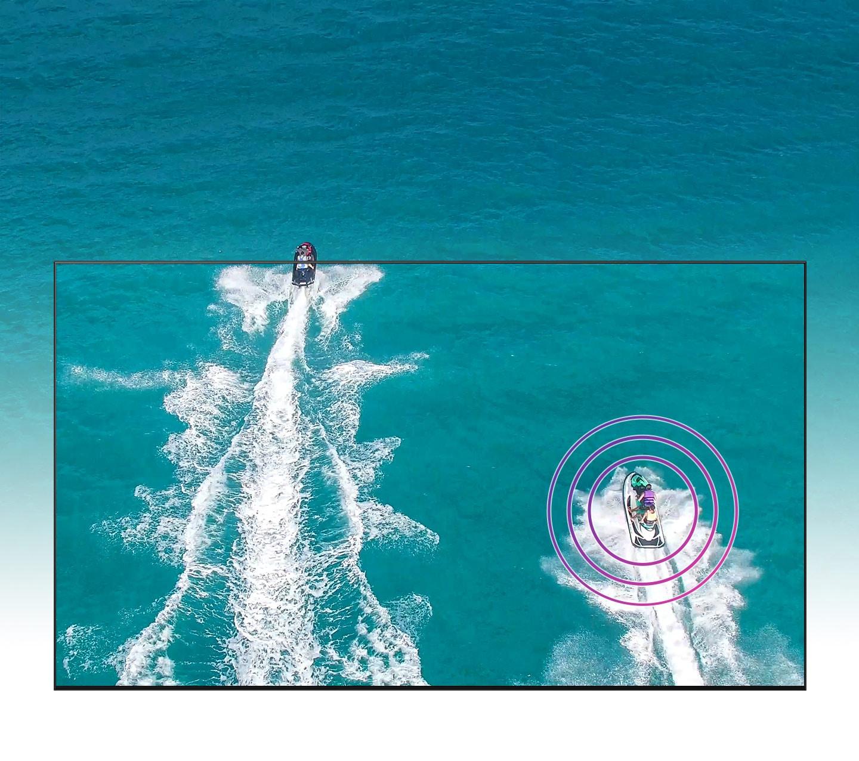 Từ góc nhìn trên cao, hai chiếc thuyền đang di chuyển từ dưới lên trên. Con thuyền bên trái đã rời khỏi màn hình TV, và con thuyền bên phải trên màn hình TV được đánh dấu bằng âm thanh.