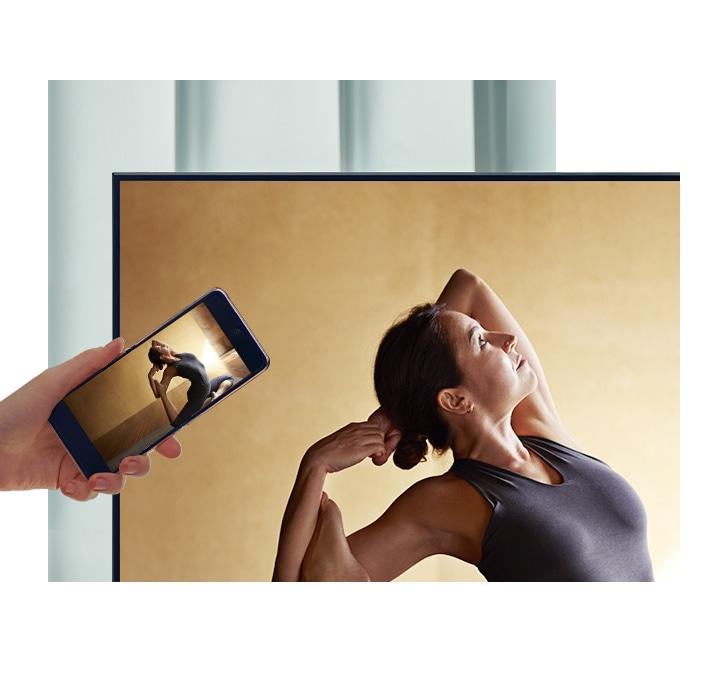 Người dùng chạm điện thoại thông minh của họ vào TV QLED để phản chiếu nội dung diễn viên múa ba lê của họ lên màn hình lớn hơn để tạo sự thoải mái hơn.