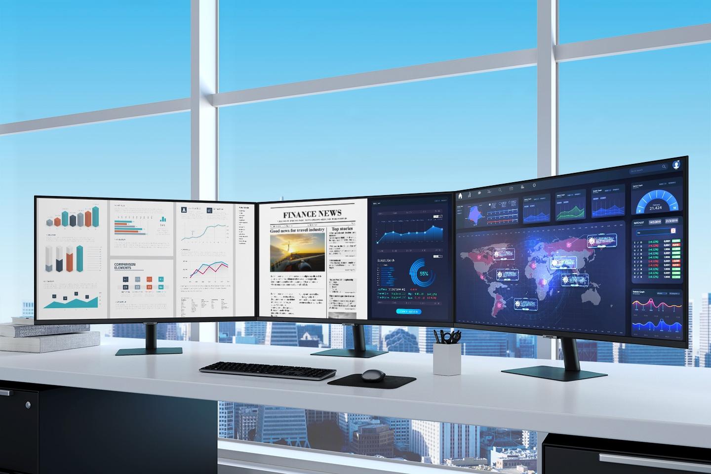 Có ba màn hình S70A trên bàn làm việc trong một văn phòng gọn gàng.