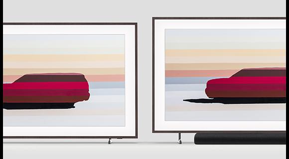 The Frame hiển thị tác phẩm nghệ thuật và đang sử dụng Chân Đế Điều Chỉnh Độ Cao, minh họa tính năng có thể điều chỉnh độ cao theo chiều dọc của nó, cho phép nó vừa với một loa thanh bên dưới màn hình của The Frame.