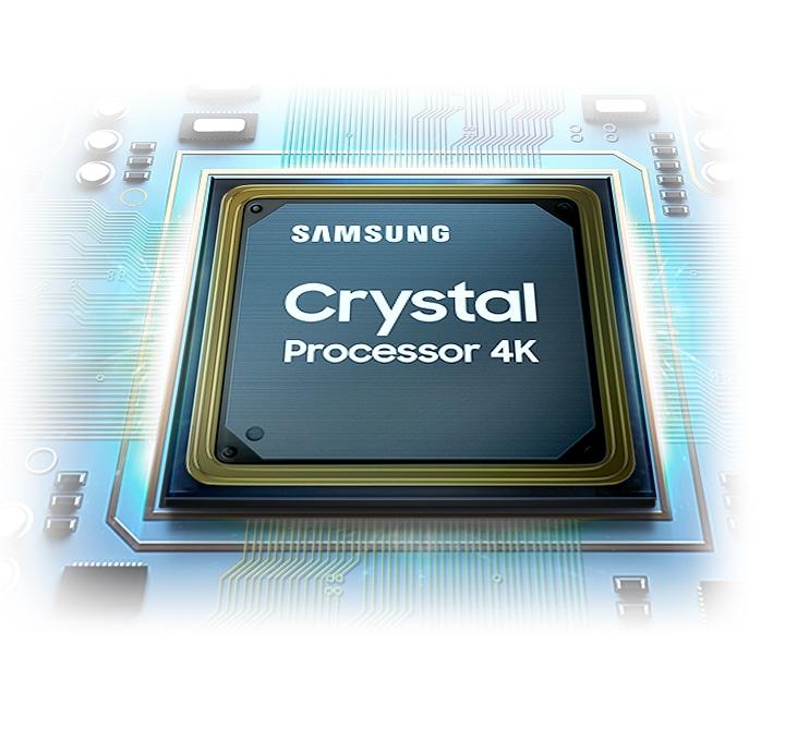 Con chip của bộ xử lý Crystal được hiển thị. Logo Samsung cũng như logo Crystal Processor 4K có thể được nhìn thấy ở trên cùng.