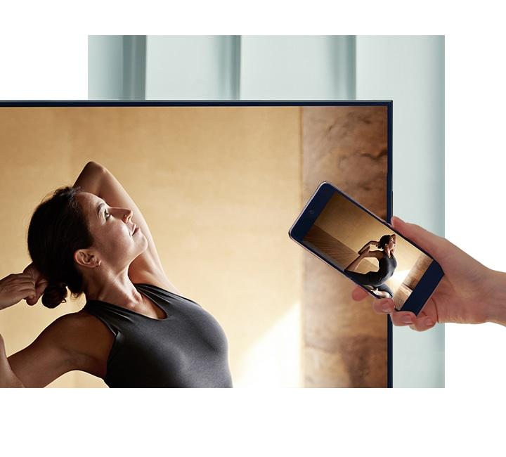 Người dùng chạm điện thoại thông minh của họ vào TV AU7000 để phản chiếu nội dung diễn viên múa ba lê của họ lên màn hình lớn hơn để tạo sự thoải mái hơn.