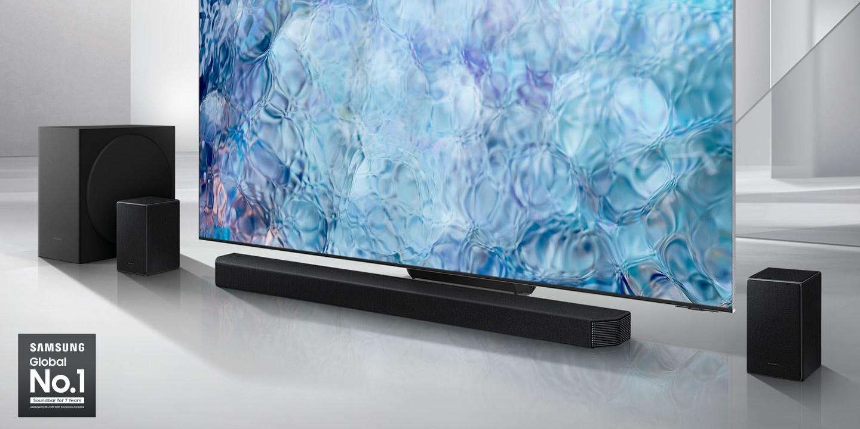 Logo Samsung Global No.1 có thể được nhìn thấy cùng với Samsung Q950A Soundbar, loa siêu trầm và loa phía sau được đặt bên cạnh TV QLED.