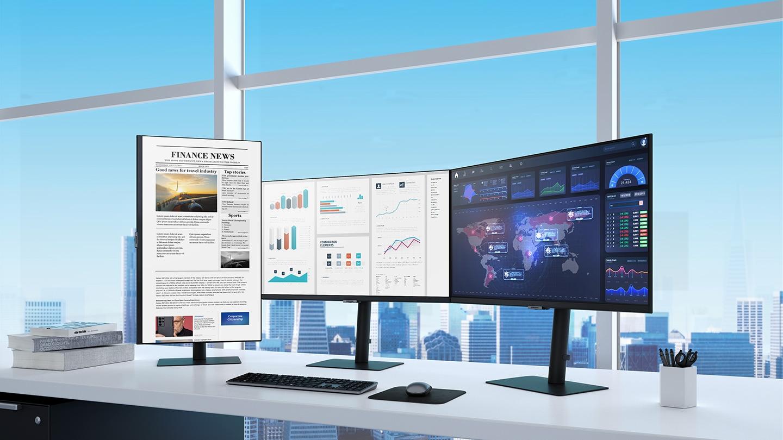 Có ba màn hình S80UA trên bàn làm việc trong một văn phòng gọn gàng, một theo chiều dọc và hai theo chiều ngang.