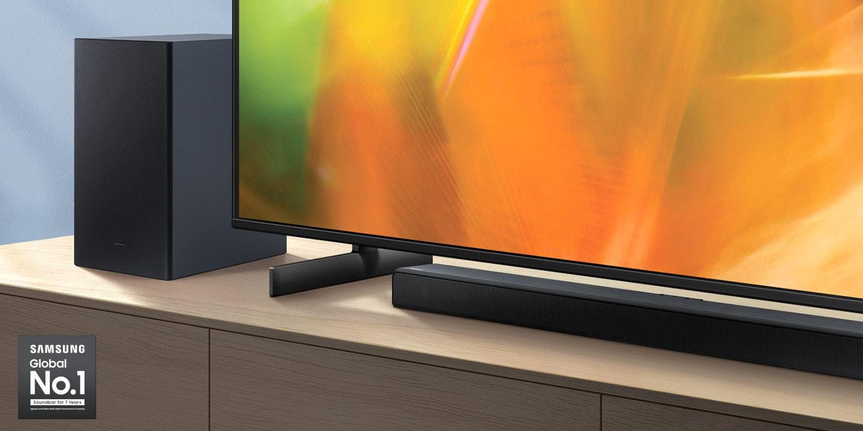 Logo Samsung Global No.1 có thể được nhìn thấy cùng với Soundbar dòng A và loa siêu trầm của Samsung được đặt bên cạnh TV Crystal UHD.