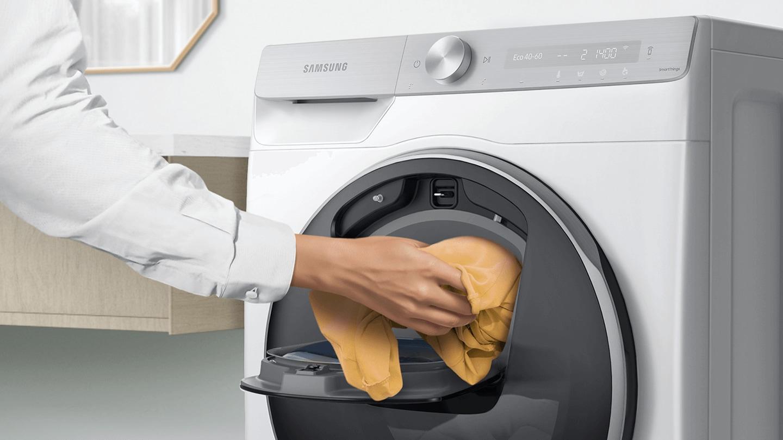 Đồ giặt bổ sung được thêm vào cửa Add Wash đang mở bằng tay.