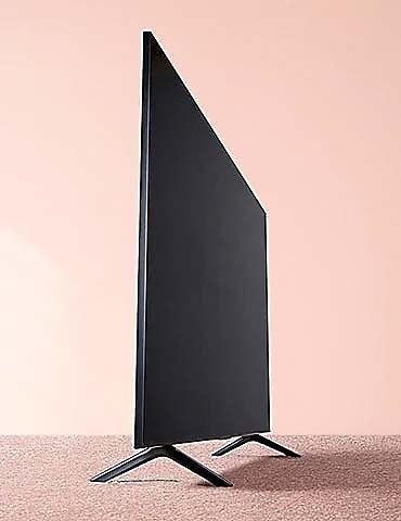 Nové televizory Samsung QLED Q60T mají moderní třístranný bezrámový design, takže nic nerozptyluje vaši pozornost