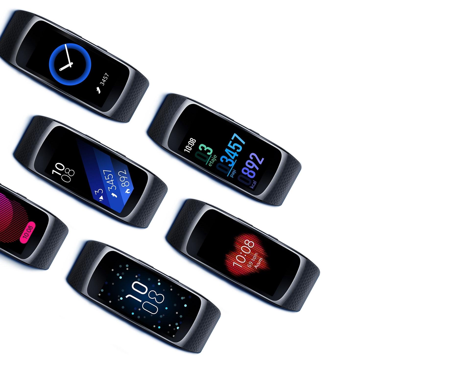 Mai multe dispozitive Gear Fit2 aliniate, fiecare cu un alt tip de cadran de ceas