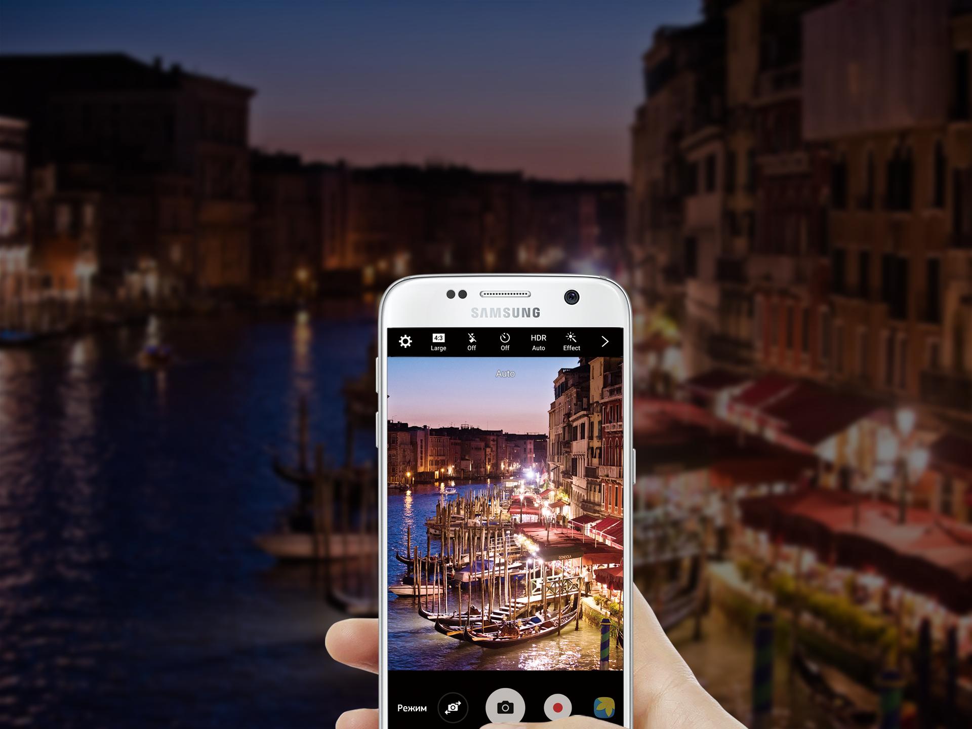 Galaxy S7 Edge в руке на фоне контрастного изображения