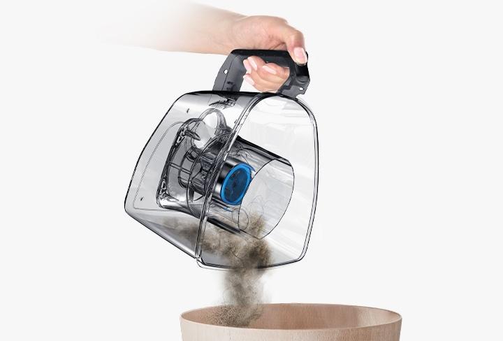 Высыпьте содержимое в мусорную корзину и вставьте пылесборник обратно. Вам не придётся пачкать руки.