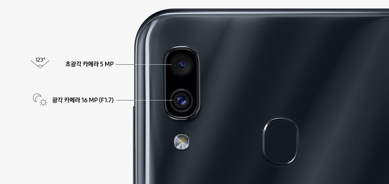 갤럭시 A30 제품 후면의 듀얼 카메라 렌즈 확대 모습이 보여지고 있으며, 초광각 카메라, 광각 카메라로 각 렌즈 설명이 보여지고 있습니다.
