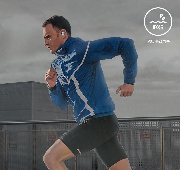 男士在穿著產品後在雨中鍛煉身體。