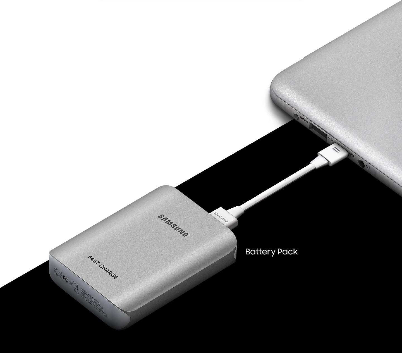 사선으로 분할 된 화면 우측은 검은 배경, 좌측은 흰 배경으로 우측 상단에는 라이트 티탄 컬러 제품이 좌측 상단 모서리만 보이게끔 놓여있습니다. 제품의 포트에 제품과 동일한 라이트 티탄 컬러의 보조 배터리가 좌측으로부터 장착 된 모습을 보여주고 있습니다. 보조배터리의 우측에는 Battery Pack 이라고 기재되어 있습니다.