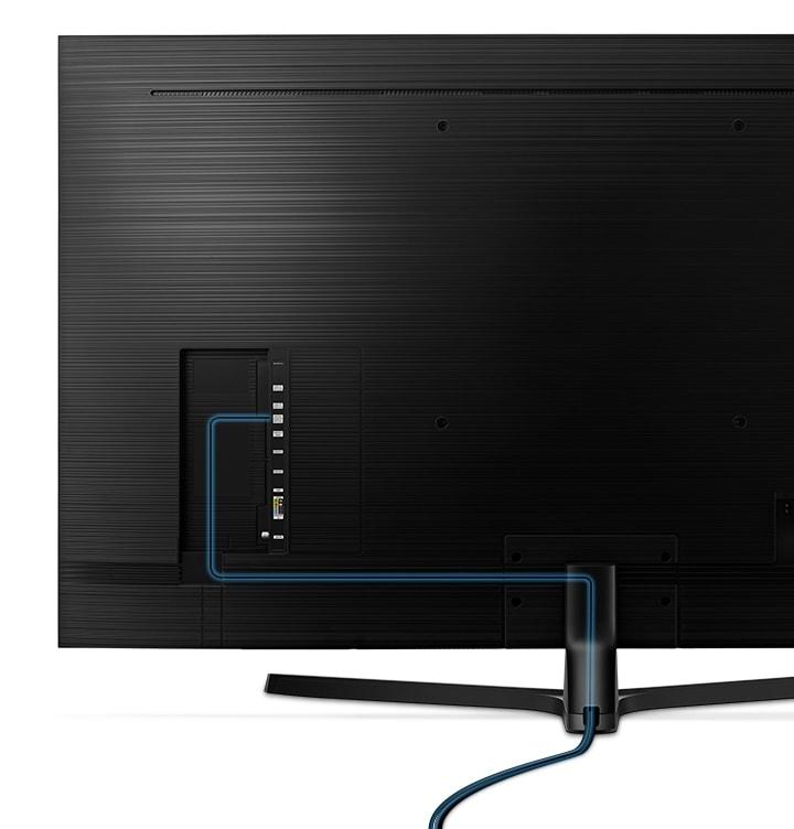 클린케이블이 적용된 TV 화면의 뒷모습을 보여주고 있습니다.