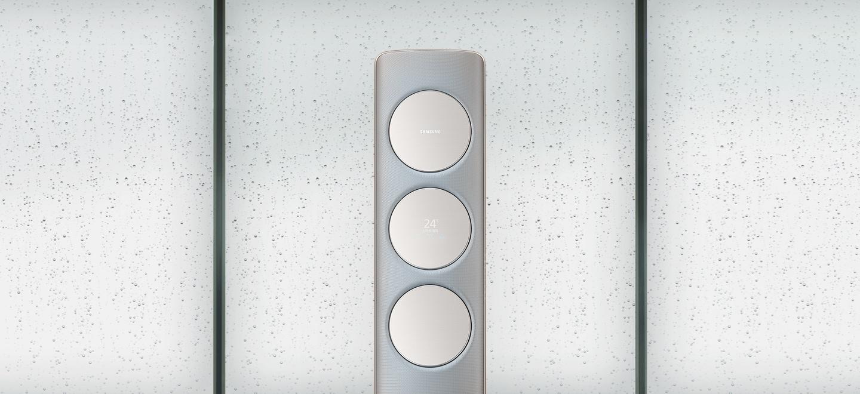 습기찬 창문을 배경으로 Q9500 메탈 티타늄 제품이 놓여져 있습니다. 곧이어 창문의 습기가 사라지는 모습입니다.