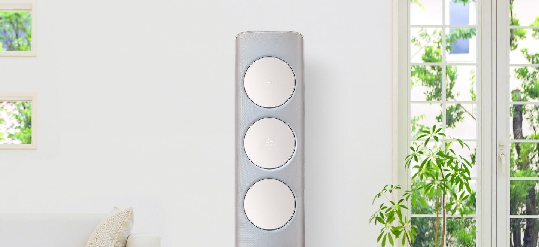 쾌적하고 밝은 거실에 놓인 Q9500 메탈 골드 제품이 보이고 오른쪽으로 나뭇잎이 살짝 흔들리는 모습입니다.