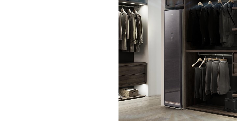 Trong phòng thay đồ, bạn có thể thấy sản phẩm bằng gỗ nâu của tủ quần áo không khí được lắp đặt trong loại quần áo giống như đồ gỗ và chức năng hút ẩm đang hoạt động.