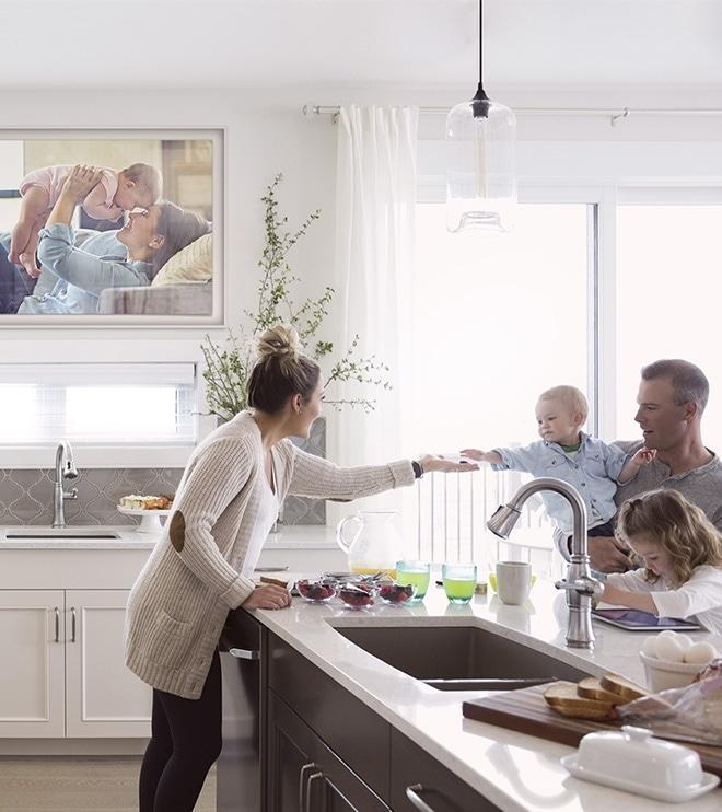 사진레이아웃 그림자매트, 매트컬러 무채색 선택, 가족과 함께 주방의 프레임티비가 보여집니다