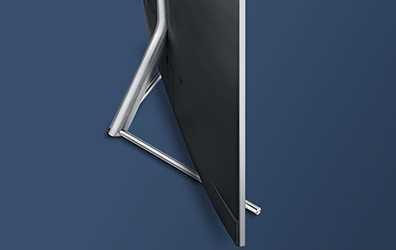 진한 파란색 배경 중앙에 트라이어드 스탠드가 장착된 제품의 뒷면이 보이는 측면앵글이 보여집니다.