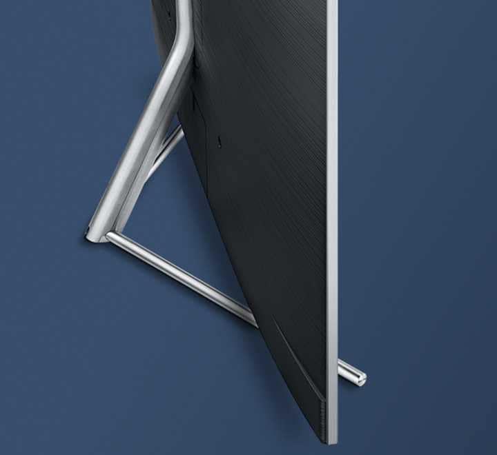 진한 파란색의 배경에 트라이어드 스탠드가 장착되어 있는 제품의 뒷면이 비스듬하게 보여지고 있습니다.