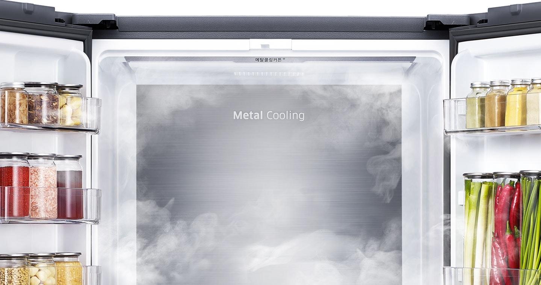김치냉장고의 양문이 열려있고 상칸 메탈쿨링커버에 냉기 있는 이미지