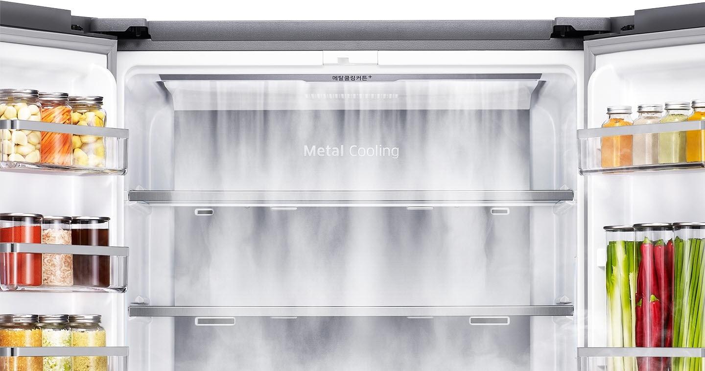 김치냉장고의 양문이 열려있고 메탈쿨링커튼+ 상단에서 아래로 냉기가 쏟아지고 있음