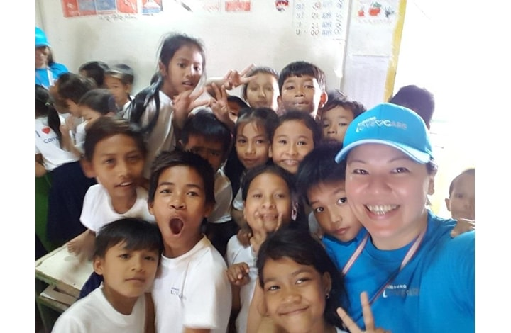 Joan Ng, Head of Digital Appliances at Samsung Electronics Singapore, enjoying a selfie with the kids