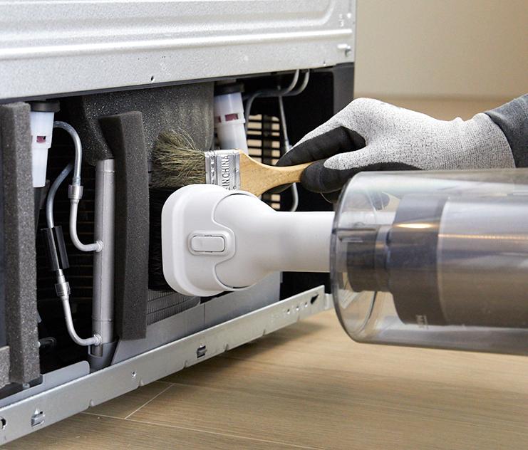 전문가가 삼성제트와 솔을 이용하여 냉장고 응축기 내 먼지를 제거하는 모습입니다.