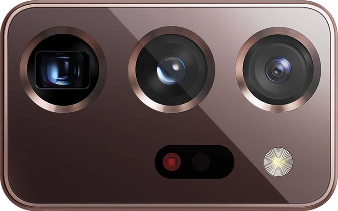 Primerísimo primer plano de la cámara posterior triple del GalaxyNote20Ultra, que se muestra sin el teléfono.