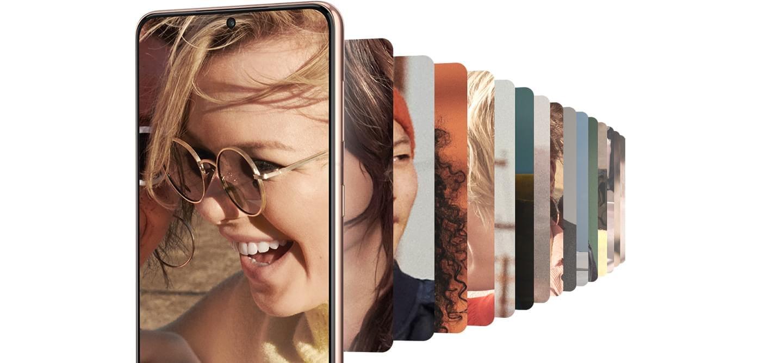 GalaxyS21+5G visto desde el frente con imagen de una mujer riendo en la pantalla. Una galería de imágenes se ve detrás de ella.