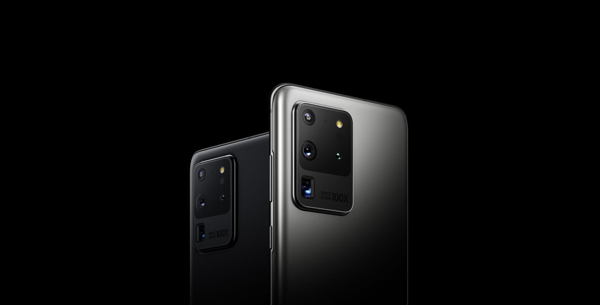 Dos Smartphones Galaxy S20 Ultra, vistos desde atrás en ángulos de tres cuartos. Giran uno hacia el otro y uno desaparece detrás del otro, por lo que uno se ve desde la parte trasera directamente. El blanco se acerca hasta que lo único que se puede ver es la cámara cuádruple trasera.