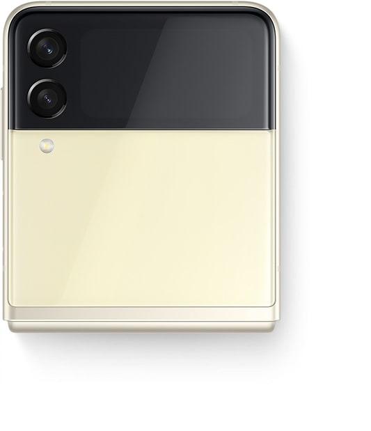 Le Galaxy Z Flip3 5G plié vu de la couverture avant avec un selfie de groupe sur l'écran de couverture, capturé avec Quick Shot.