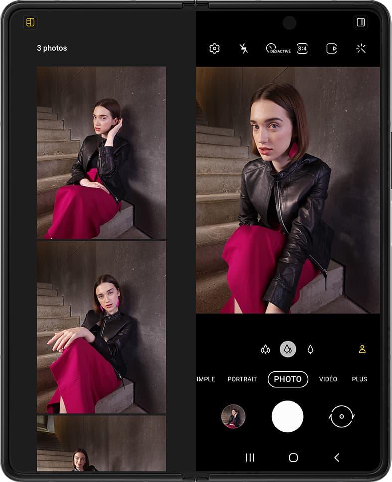 Une femme assise sur des escaliers. Une autre pose apparaît, puis une autre. Les photos flottent au-dessus du Galaxy Z Fold3 5G déplié. Elles tombent en place l'écran à l'intérieur du mode Vue capture dans l'app Appareil photo. Le compteur indique 2 photos. L'obturateur se déclenche et une autre photo est prise sur le Galaxy Z Fold3 5G, et les photos se déplacent à nouveau pour montrer une vue plus grande des photos qui viennent d'être prises. Le compteur indique maintenant 3 photos.