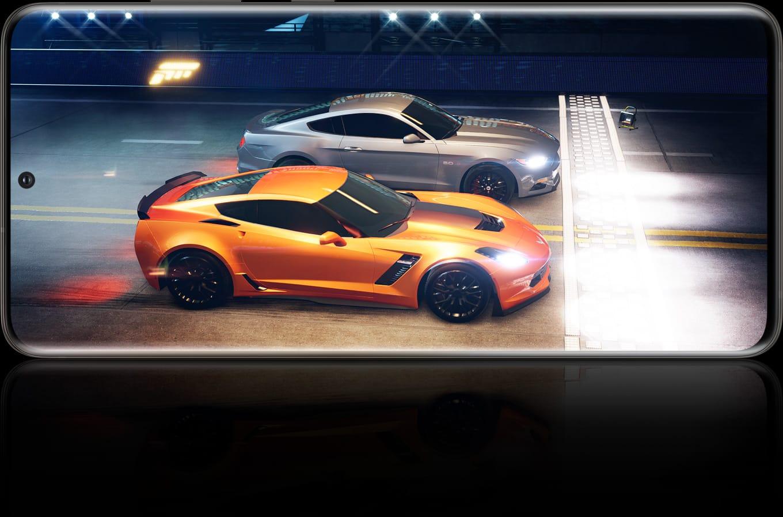 Galaxy S20 Ultra visto en modo horizontal con una imagen del juego Forza Street en la pantalla