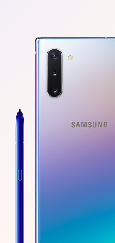 Galaxy Note10 in Aura Glow seen from the rear, close up on the triple rear camera, next to the blue S Pen
