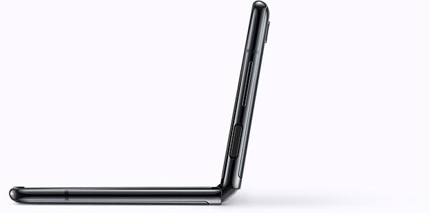 Изображение раскрытого телефона Galaxy Z Flip, изображенного под углом, демонстрирующего способ фотосъемки селфи с нижнего ракурса